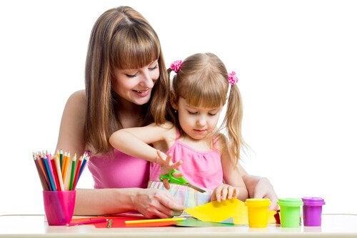 아이에게 자르는 방법을 가르치는 4가지 팁