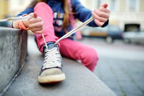 아이에게 신발 끈 묶는 방법을 가르쳐라