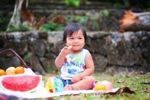 처음으로 아기에게 과일을 먹이는 방법