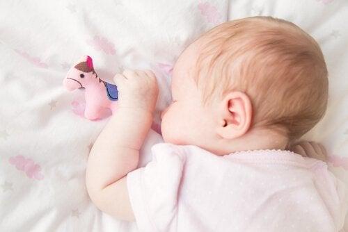 아기가 엎드려서 자면 어떻게 해야 할까?