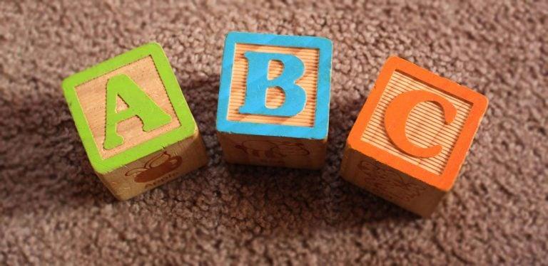 언어 발달에 영향을 끼치는 것은 무엇인가?