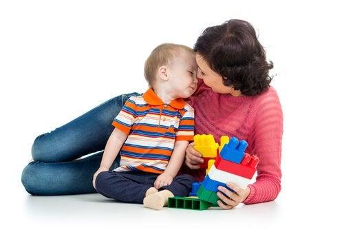 아기에게 무언가를 가르치기 시작할 때 좋은 놀이