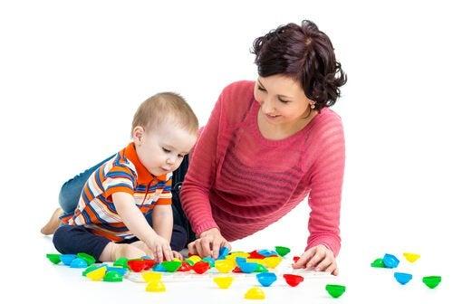 아기에게 무언가를 가르치기 시작할 때 가장 좋은 놀이 6가지