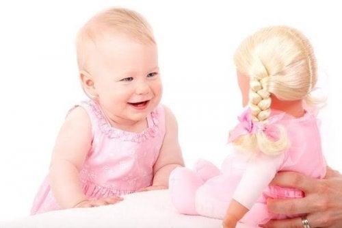아기가 웃음을 배우는 방식
