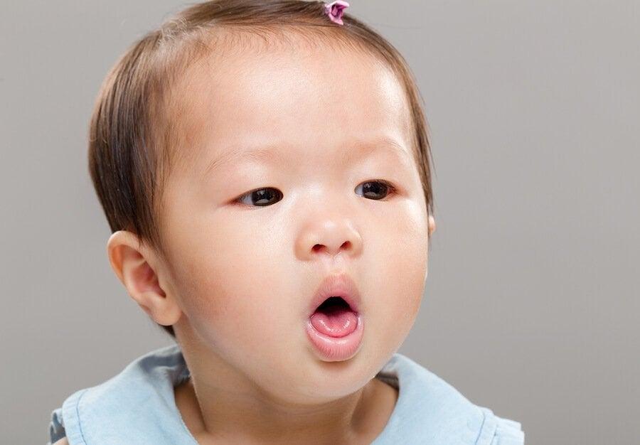 아기가 먹거나 마시다가 질식할 때 대처하는 방법