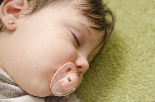 아기의 귀를 뚫어도 될까?