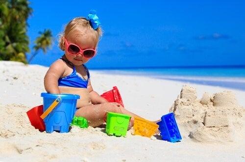아기를 처음 해변에 데려갈 때 필요한 팁 7가지