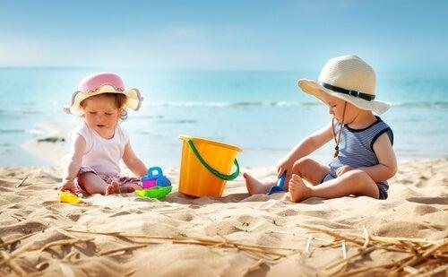 아기를 처음 해변에 데려갈 때 필요한 팁 7 가지