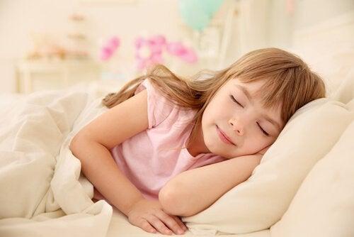 아이를 낮잠 재우면 어떤 장점과 단점이 있을까?