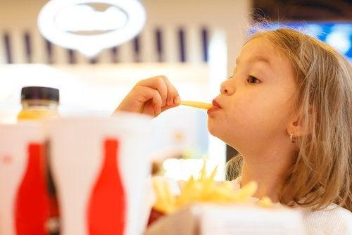 음식으로 장난치는 아이를 그냥 두어야 하나?