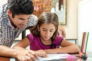아이가 숙제를 스스로 하도록 가르치는 팁 6가지
