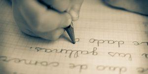 손글씨는 연습하면 충분히 좋아질 수 있다. 하루에 몇 시간을 들여서 연습을 하면 된다. 아이가 보기에도 좋고 읽기도 편한 손글씨를 쓰도록 하는 것이 목표라면 이 글을 잘 읽어보자.