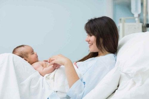 출산 직후의 순간: 엄마가 아기를 처음으로 보았을 때