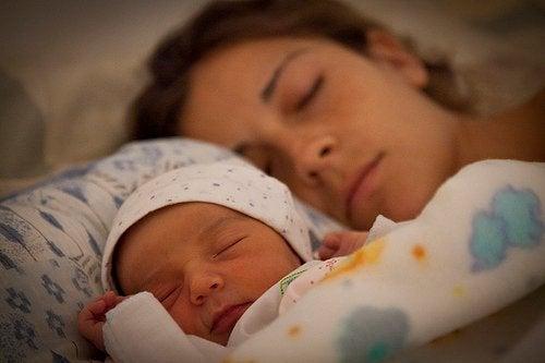 충분한 수면은 아이를 키우는 엄마의 사치인가?
