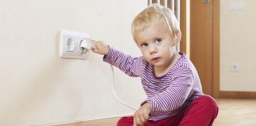 아이 손이 닿지 않아야 하는 위험한 물건 9가지