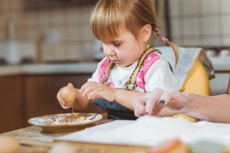 음식으로 장난치는 아이를 그냥 두어야 할까?