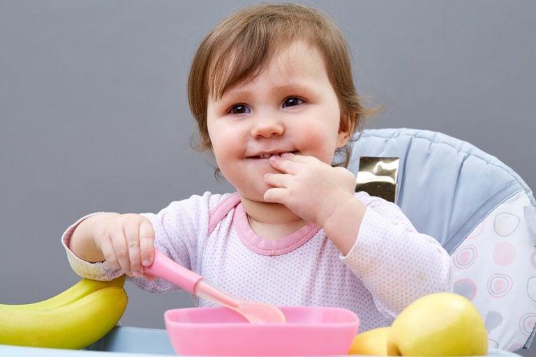 아이가 혼자 먹을 수 있도록 가르치는 5가지 방법