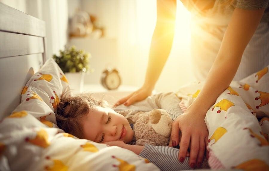 아이가 아침에 더 쉽게 일어나도록 도와주는 방법