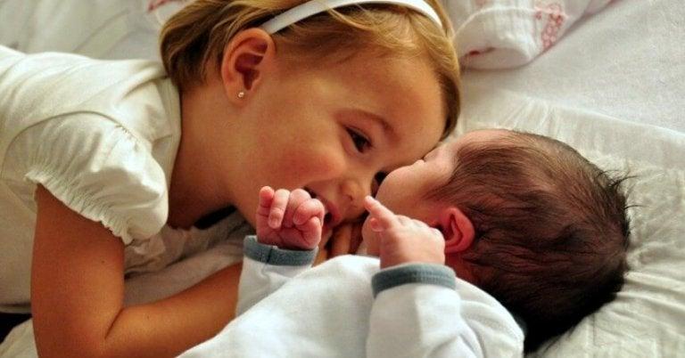 아이를 새로 태어날 동생에 대해 준비시키는 방법