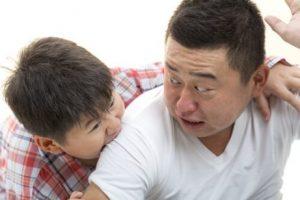 친구를 깨무는 아이를 어떻게 해야 할까?