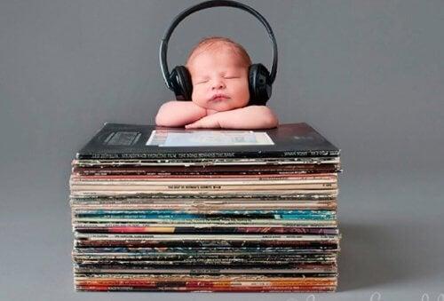 아기를 재울 때 듣기 좋은 음악 추천 및 효과
