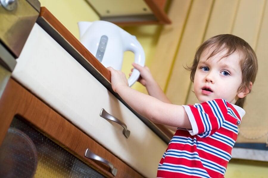 아이가 끓는 물에 손을 데이면 어떻게 해야 할까?