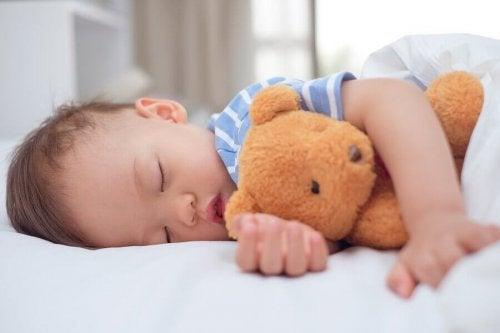 언제부터 아이 낮잠을 재우지 않는 것이 좋을까?