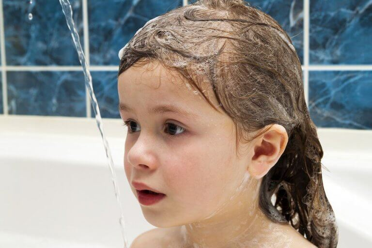 아이 머리를 매일 감기는 것이 좋을까?