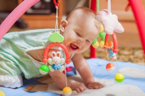 아기가 머리를 들어 올리지 못한다면 어떻게 해야 할까?