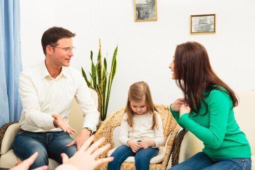 부모들이 반드시 아이가 없는 곳에서 다퉈야 하는 이유