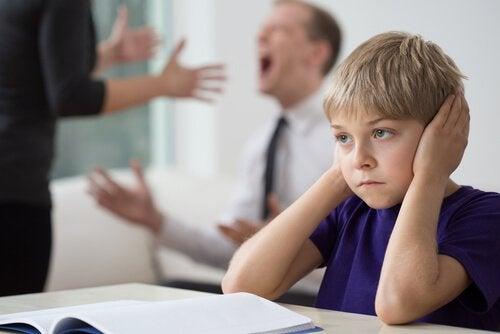 부모들은 반드시 아이가 없는 곳에서 다퉈야 한다
