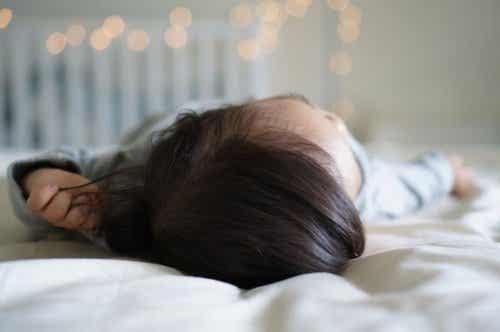 아기가 침대에서 떨어졌을 때 대처법