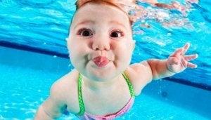 아이들이 수영을 배우는 것이 중요한 이유 10가지