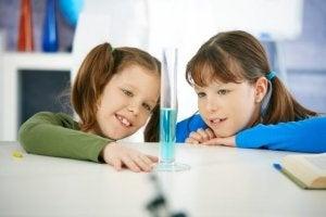 아이들이 좋아하는 물을 이용한 실험 4가지