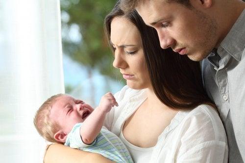제 아기가 울음을 그치지 않는데 진정시킬 수가 없어요!
