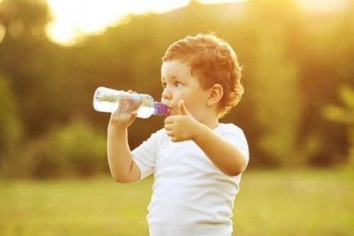 아기에게 컵으로 마시는 방법 가르치기