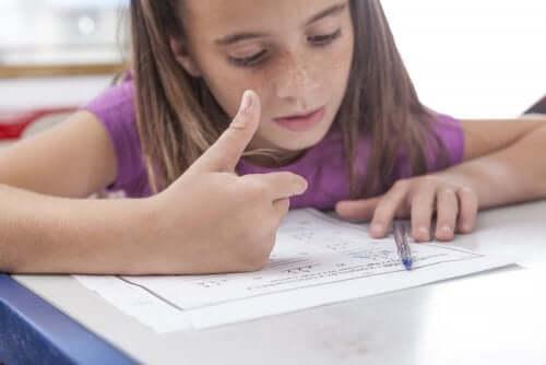 난산증을 겪는 아동이 보이는 가장 흔한 증상