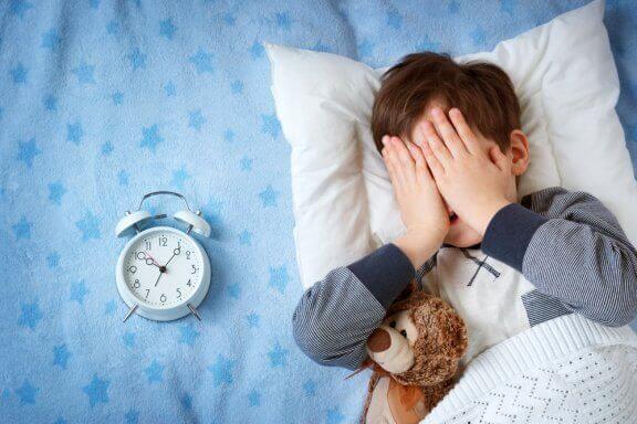 집이 아닌 곳에서 잠자기를 두려워하는 아이