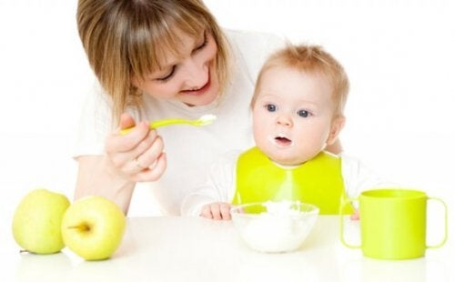 아기가 새로운 음식을 시도할 수 있도록 돕는 방법