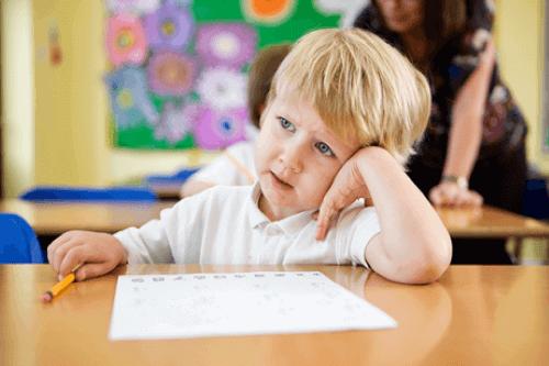 교실에서 잡담이 너무 많은 아이