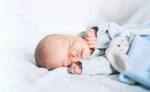 아기가 밤에 깨지 않고 아침까지 자도록 돕는 방법 7가지