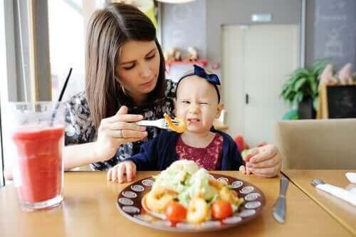부모는 아이가 잘 먹도록 하기 위해 무엇을 할 수 있을까?