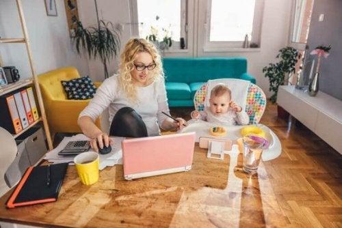 재택근무를 하면서 아이들을 돌봐야 하는 어려움