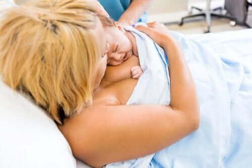 출산 직후 아기와 엄마의 맨살 접촉이 중요한 이유