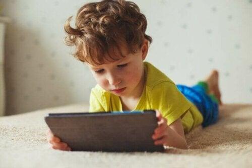 스크린 사용이 어린이에게 미치는 부정적인 영향