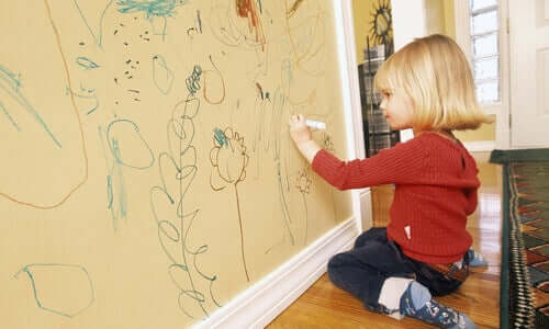 아이가 벽에 그림을 그리지 못하도록 하는 방법 5가지
