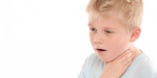 아이의 목에 무언가가 걸렸을 때 대처 방법