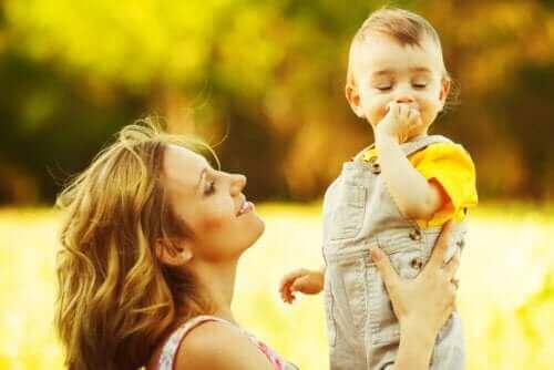 아기의 생후 첫해에 일어나는 세 번째 발달 단계