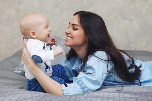 아기의 청각을 자극하는 방법
