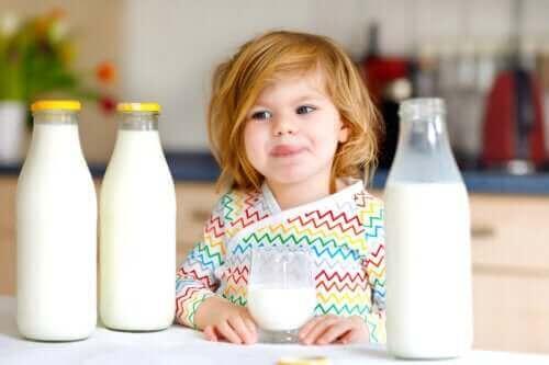 우유 단백질에 알레르기 반응을 보이는 아이